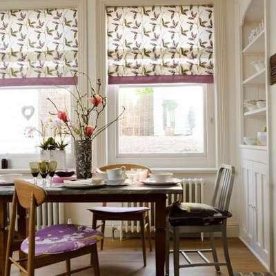 светлые римские шторы с узором в интерьере кухни