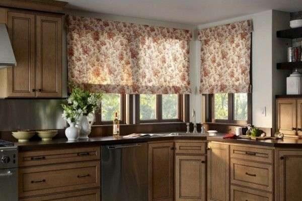 римские шторы в цветочек в интерьере кухни