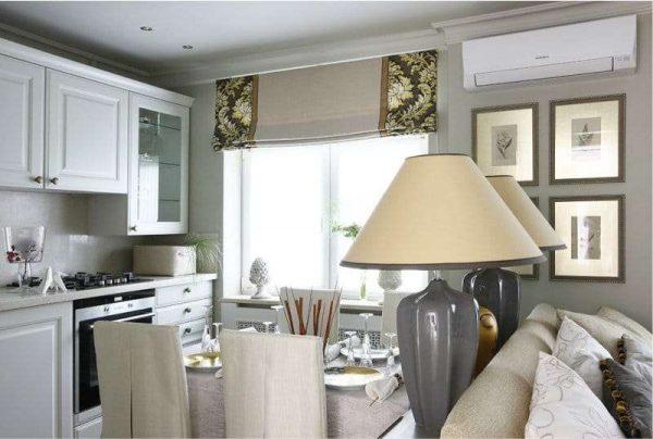 классические римские шторы в интерьере кухни