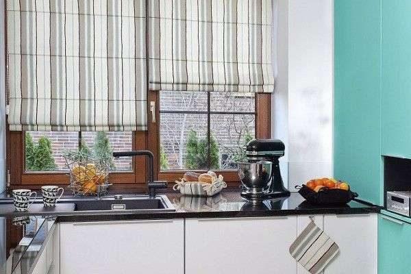 полосатые римские шторы в интерьере кухни