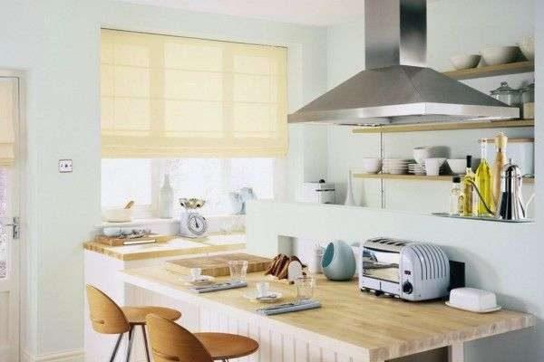 жёлтые римские шторы в интерьере кухни