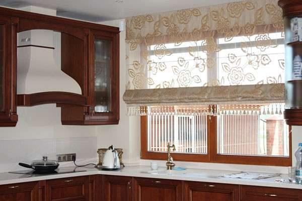 полупрозрачные римские шторы в интерьере кухни