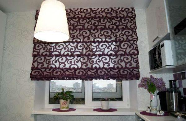 римские шторы с узором в интерьере кухни
