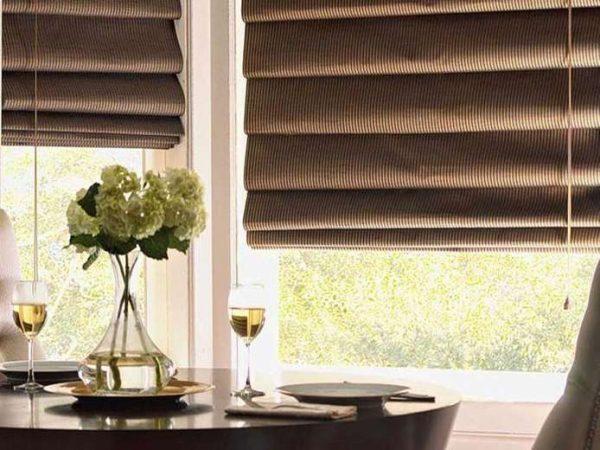 коричневые римские шторы в интерьере кухни