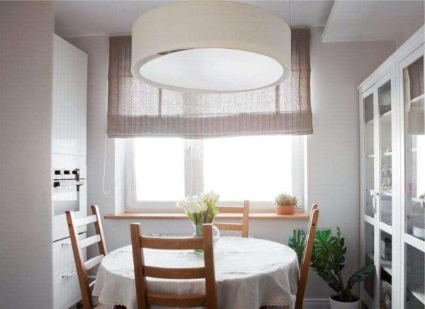светлые римские шторы на окне кухни