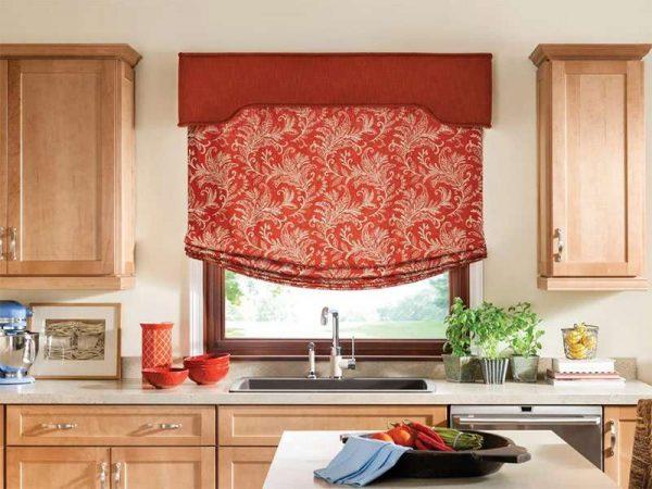 римские шторы бескаркасные в интерьере кухни