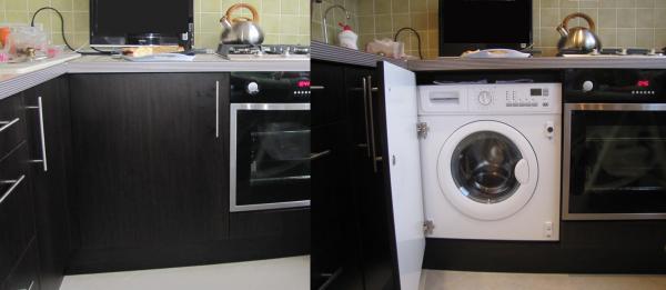 стиральная машина в интерьере кухни возле духовки