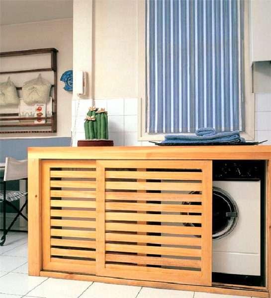 стиральная машина в интерьере кухни за деревянной панелью