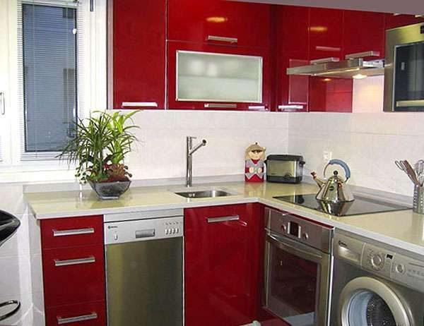 стиральная машина в интерьере кухни возле плиты