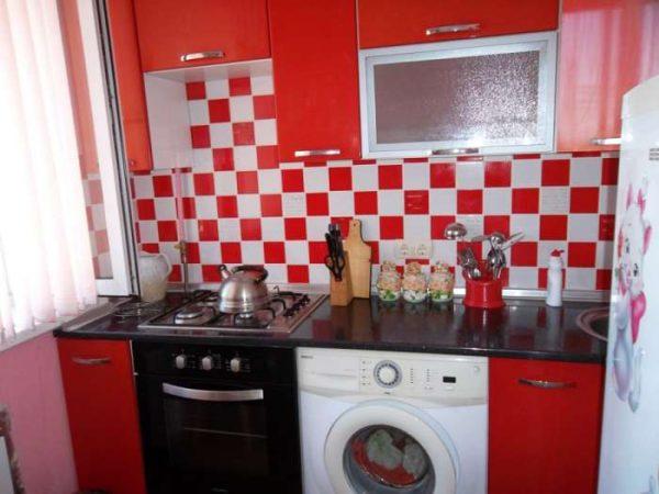 стиральная машина в интерьере красной кухни