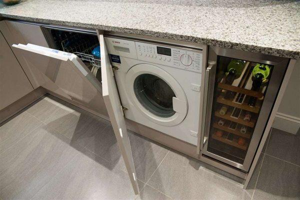 встроенная стиральная машина в интерьере кухни