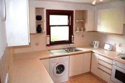 стиральная машина в интерьере кухни у окна