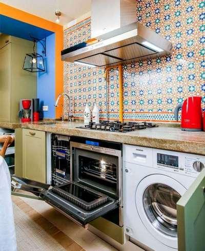 стиральная машина в интерьере кухни у плиты