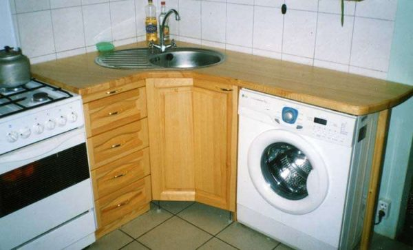 стиральная машина в торце кухни