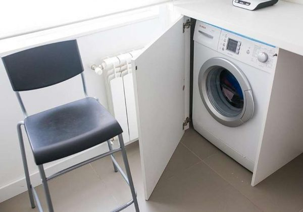 стиральная машина на кухне в углу