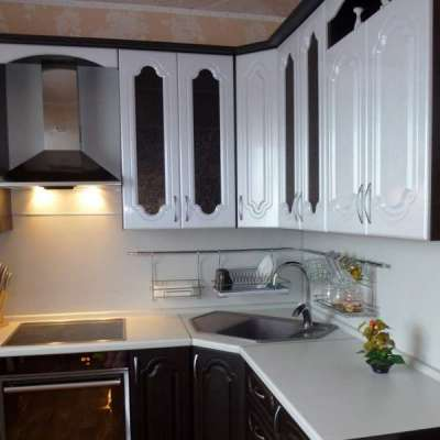 интерьер модульной кухни с угловой мойкой