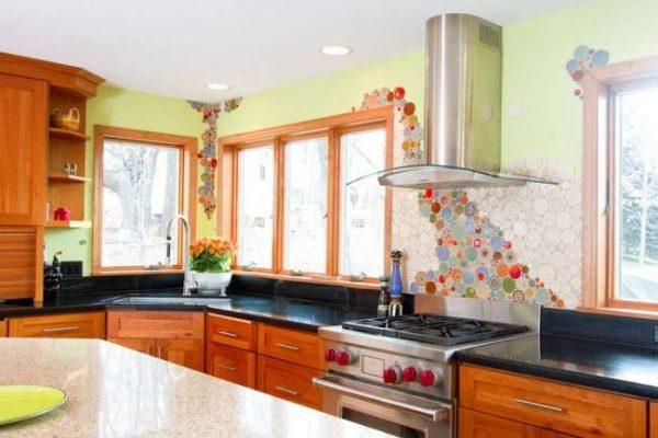 интерьер кухни с угловой мойкой