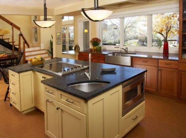 интерьер кухни с угловой мойкой на островном столе