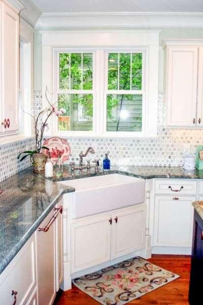 угловая мойка в интерьере светлой кухни