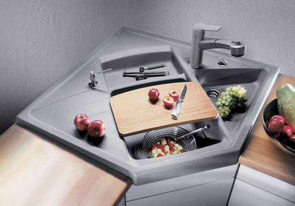 удобная функциональная угловая мойка на кухне