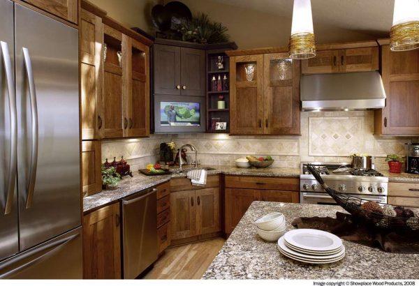 угловая мойка в интерьере деревянной кухни