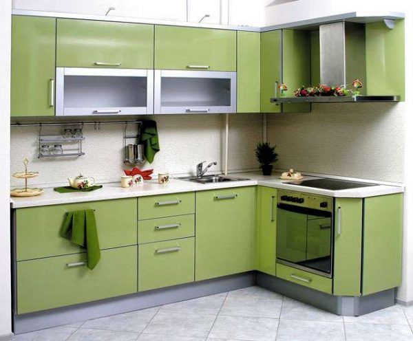 угловая мойка в интерьере зелёной кухни