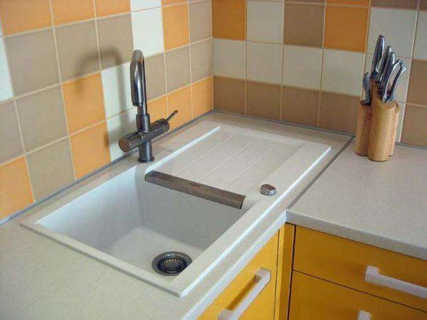 вид угловой мойки со шкафом в интерьере кухни