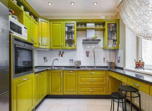 угловой шкаф под прямым углом под мойку на зелёной кухне