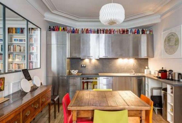 угловой шкаф под мойку на кухне с металлическими фасадами