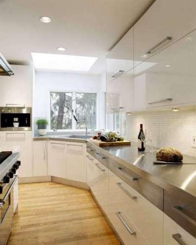 угловой шкаф у окна кухни с раковиной
