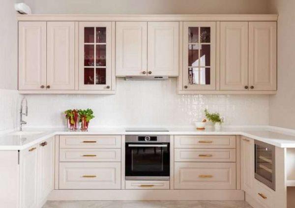 угловой шкаф под мойку на белой П-образной кухне