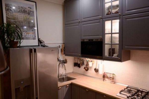 серый угловой шкаф под мойку на кухне
