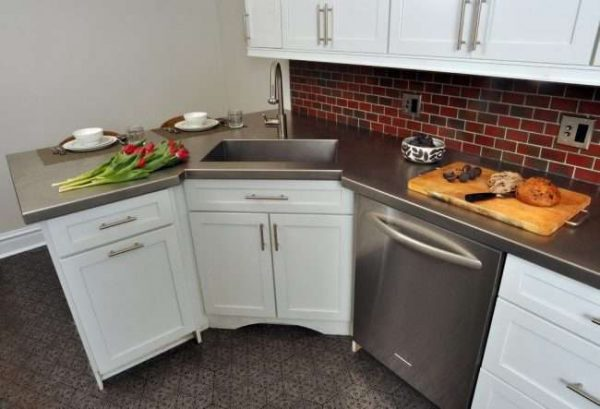 скошенный угол углового шкафа под мойку на кухне
