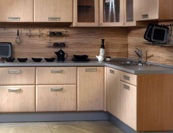угловой шкаф под мойку на бежевой кухне