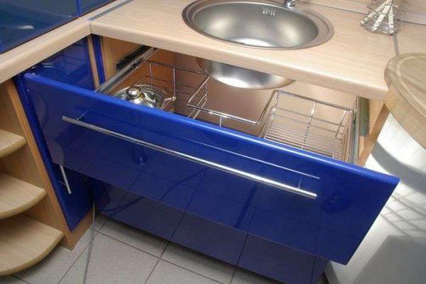 угловой шкаф с системой хранения на кухне