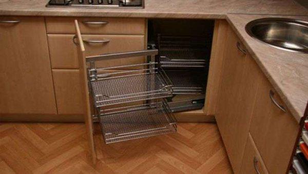 на кухне угловой шкаф под мойку с системой хранения