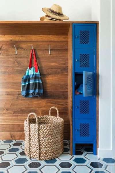 шкаф с открытыми полками для узкого коридора
