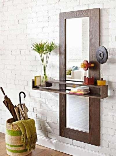 зеркало полка на стене узкого коридора