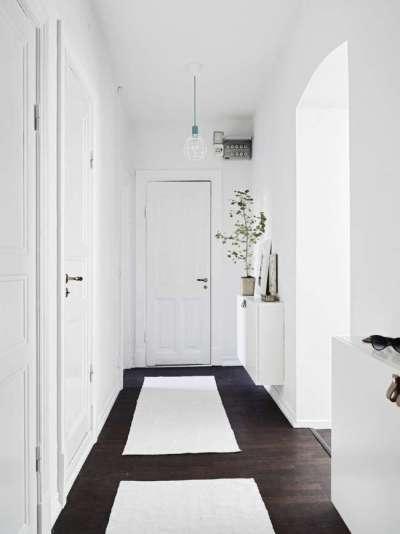 белый интерьер узкого коридора