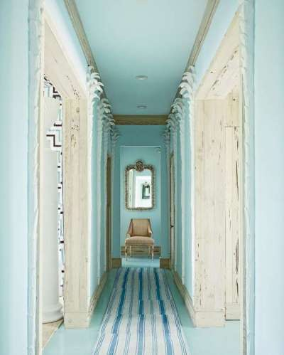 голубые стены в узком коридоре
