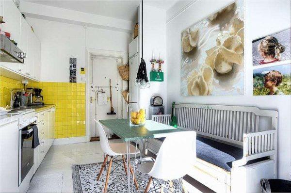 жёлтый фартук в интерьере белой кухни