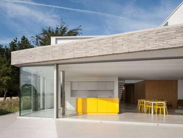 жёлтый в интерьере белой кухни загородного дома