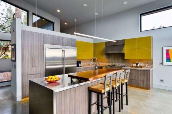 жёлтый с коричневым на кухне