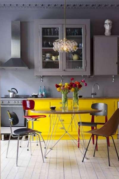 интерьер кухни жёлтого цвета с серым