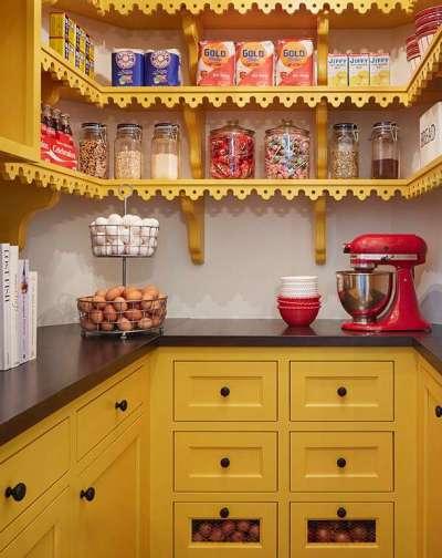 жёлтый гарнитур на кухне с открытыми полками