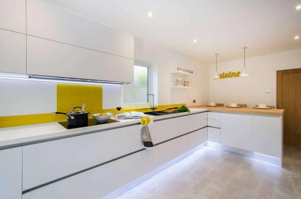 белоснежная кухня с жёлтым фартуком