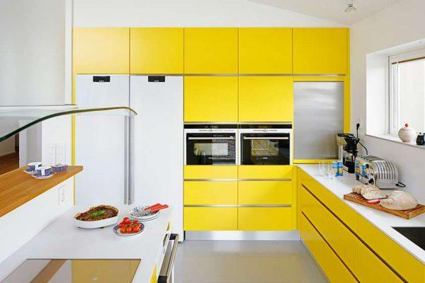 угловая жёлтая кухня