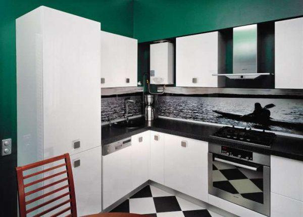 газовой котёл на кухне с белым гарнитуром
