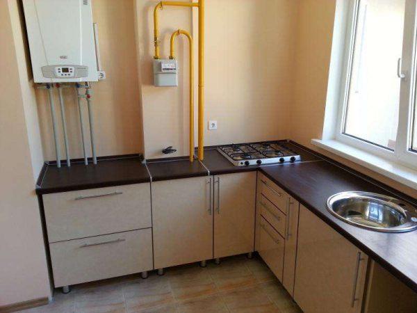 газовой котёл на кухне со счётчиком