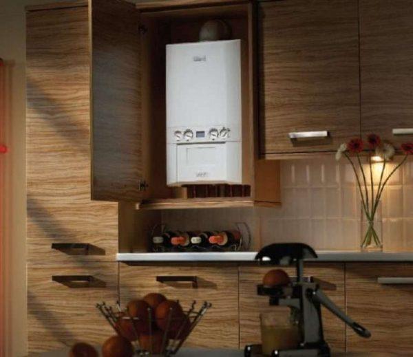 двухконтурный газовой котёл на кухне в шкафу